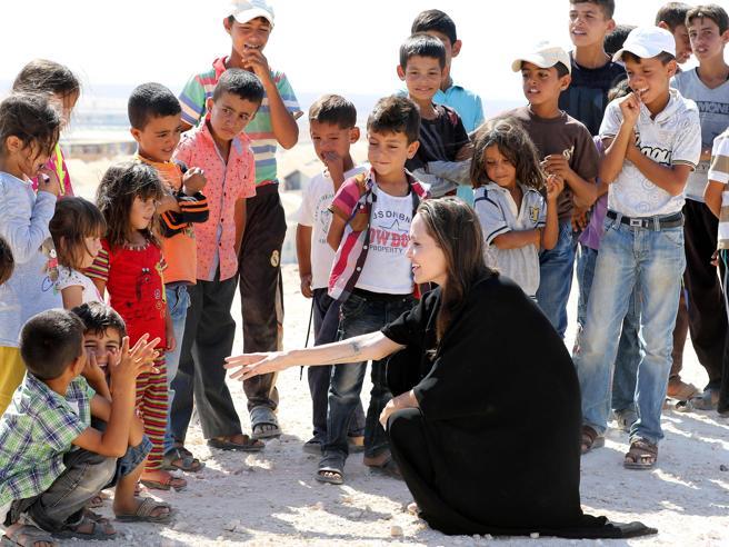 Angelina Jolie ambasciatrice di pace in visita a un campo profughi