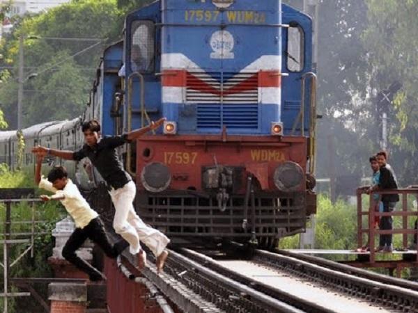 Il selfie sui binari dei treni, la moda mortale