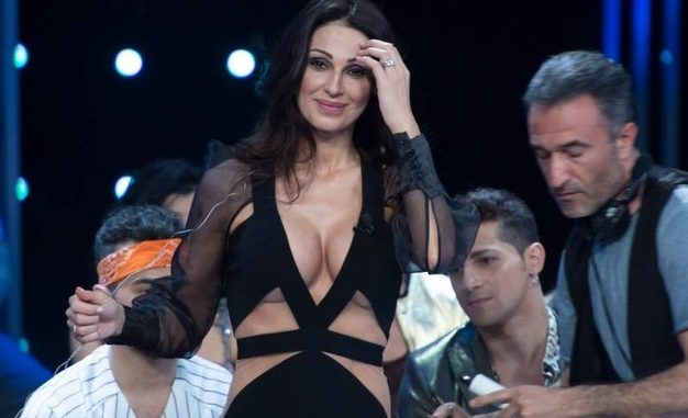 Anna Tatangelo scollatura hot a I Migliori Anni