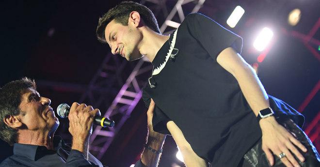 Gianni Morandi vola giù dal palco