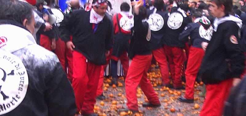 Carnevale ad Ivrea si lanciano le arance