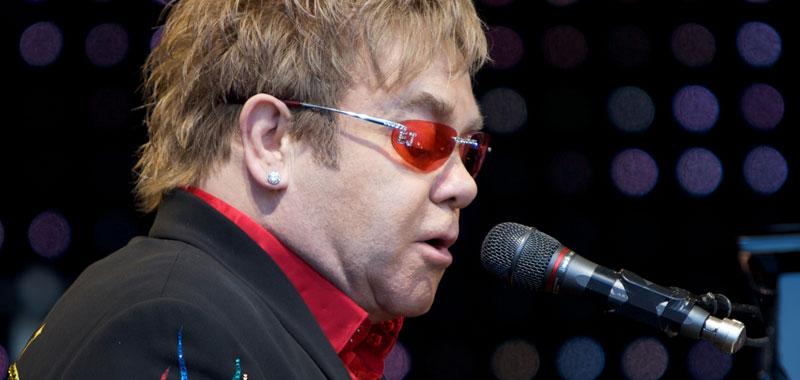 Elton John drammatico racconto della sua malattia