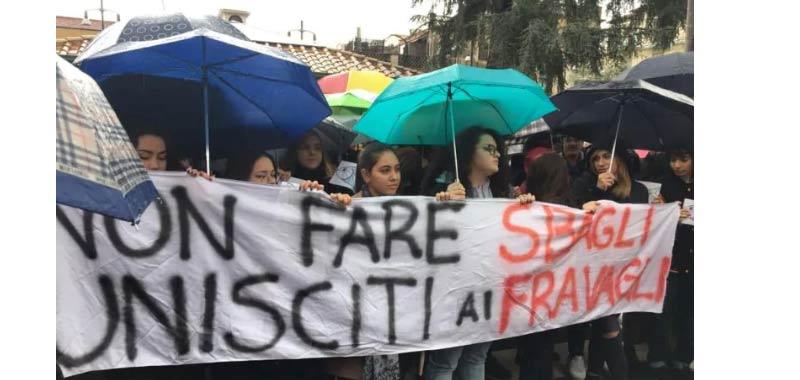 Anche a Napoli impazzano le Sardine