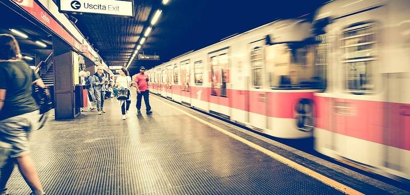Milano brusca frenata della metro provoca 15 feriti