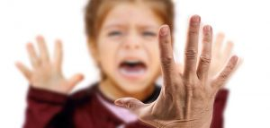 Prato 23 enne violentava ragazzini spacciandosi per il diavolo