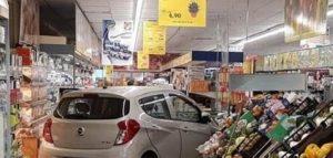 Varese uomo sbaglia marcia e finisce in un supermercato
