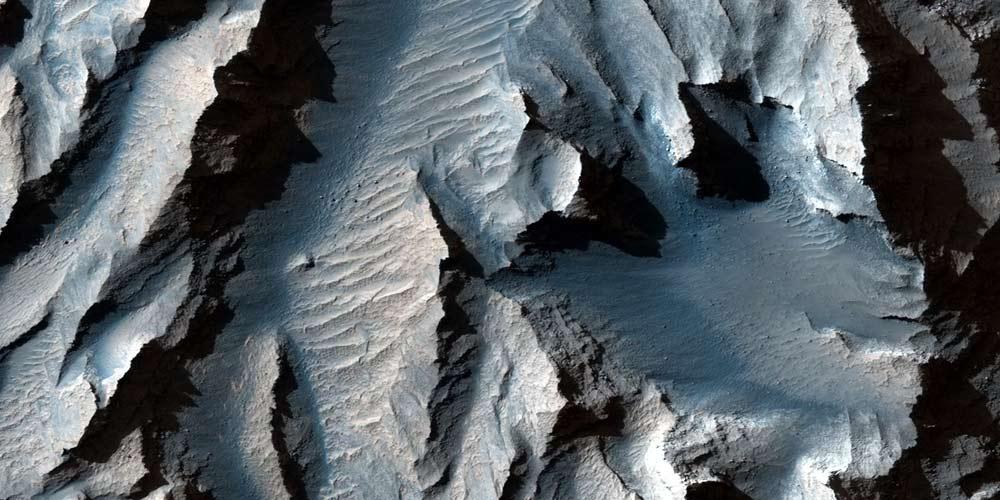 La Nasa mostra un enorme canyon marziano